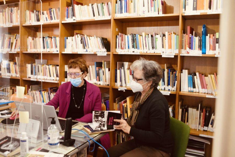 Due volontarie della biblioteca della casa della donna di Pisa